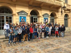 photo de groupe devant théâtre